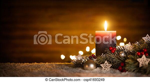 Vela y decoración navideña con antecedentes de madera - csp41693249