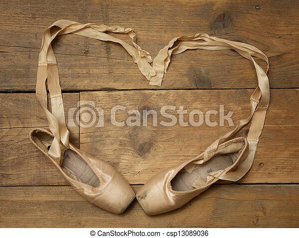 Un par de zapatos de ballet en el suelo de madera - csp13089036