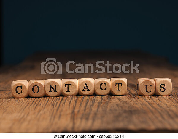 Contáctanos en pequeños bloques de madera - csp69315214