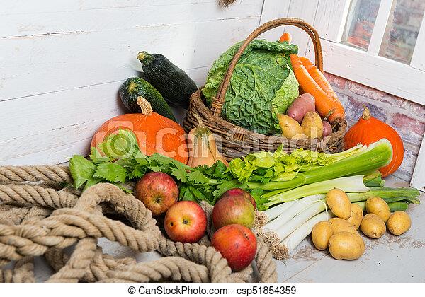 Variedad de verduras crudas en la mesa de madera - csp51854359