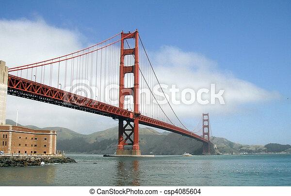 El barco pasa bajo el puente de la puerta dorada - csp4085604