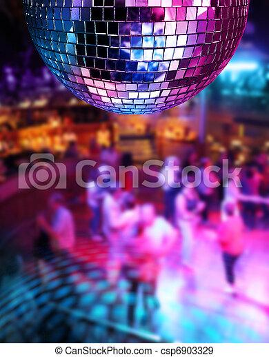 Bailando bajo la bola de espejos disco - csp6903329