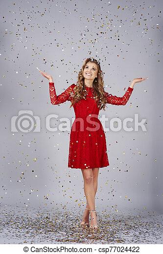 debajo, hermoso, extendido, confeti, ducha, brazos, mujer - csp77024422