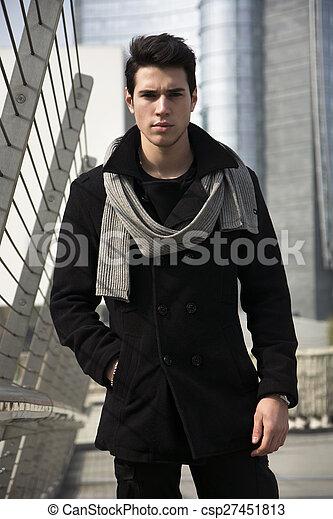 recherche de véritables gamme exceptionnelle de styles et de couleurs nouveaux produits pour debout, centre ville, manteau, jeune, rue, noir, élégant, homme, beau