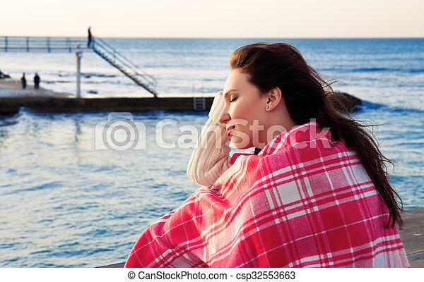 debout, couverture, séduisant, mer, emballé, girl - csp32553663
