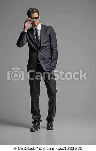 debout, entiers, lunettes soleil, suit., jeunes hommes, isolé, gris, confiant, longueur, hommes affaires - csp16400220