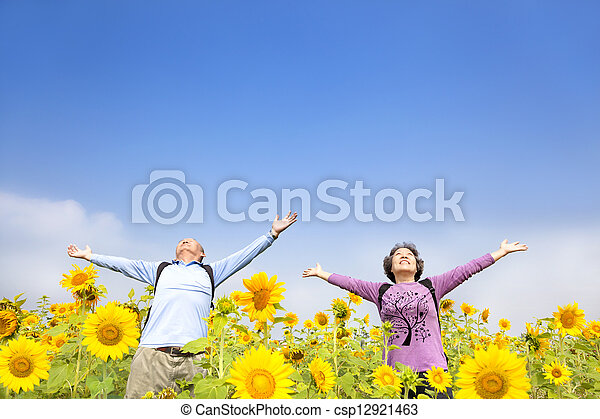 debout, jardin, tournesol, décontracté, couples aînés - csp12921463