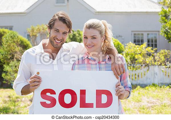 debout, mignon, jardin, couple, ensemble, signe, leur, tenue, vendu - csp20434300
