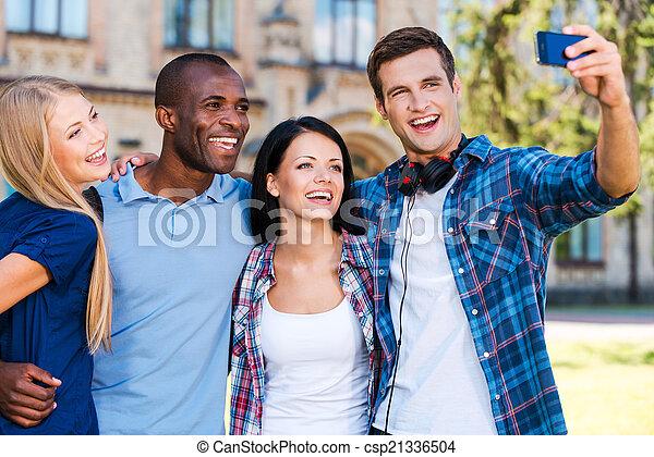 debout, moment, gens, selfie, dehors, jeune, quatre, quoique, attraper, étudiant, chaque, fin, confection, heureux, autre, life. - csp21336504