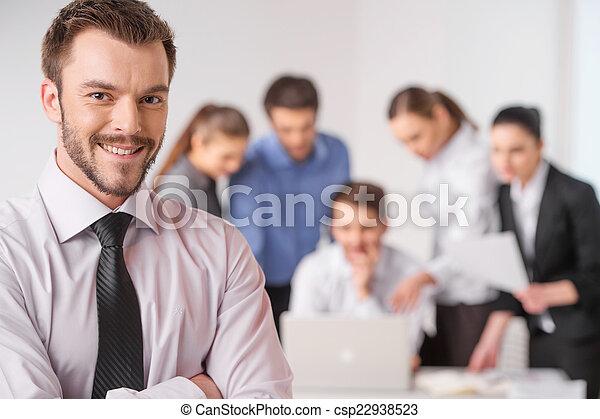 debout, premier plan, sien, réunion affaires, travail, -, directeur, closeup, fond, mains, traversé, équipe, discuter, collègues., homme - csp22938523