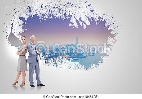 debout, révéler, femme, mur, dos, contre, éclaboussure, sérieux, cityscape, homme affaires - csp18461251