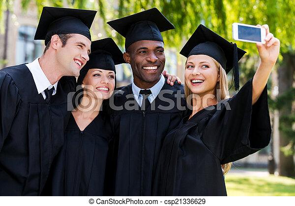 debout, selfie, robes, remise de diplomes, diplômés, quatre, autre, collège, moment., chaque, fin, heureux, capturer, confection - csp21336629