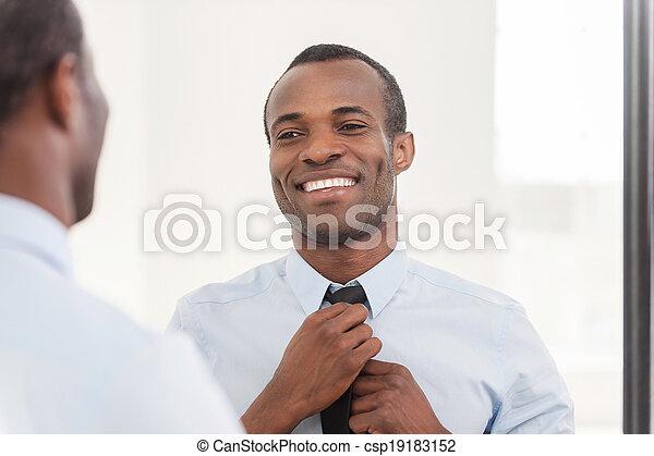 debout, sur, sien, cravate, look., ajustement, africaine, jeune, contre, confiant, quoique, miroir, homme - csp19183152