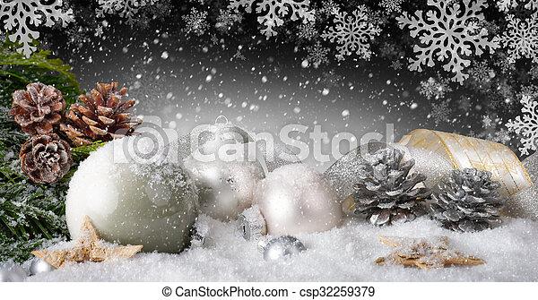 La elegante decoración navideña con nieve - csp32259379