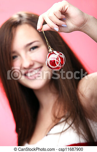 Chica sonriente de rojo con decoración navideña - csp11687900