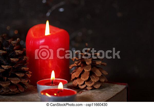 Decoración navideña con velas - csp11660430