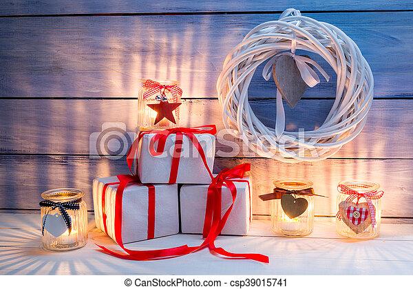 Decoración navideña con velas - csp39015741