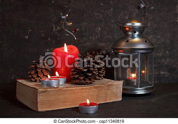 Decoración navideña con velas - csp11340819