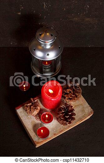 Decoración navideña con velas - csp11432710