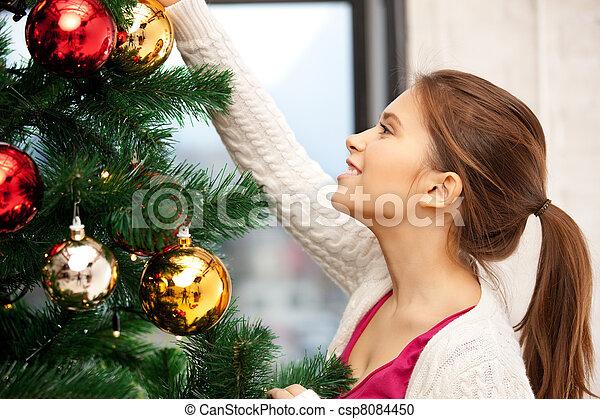 Mujer decorando el árbol de Navidad - csp8084450