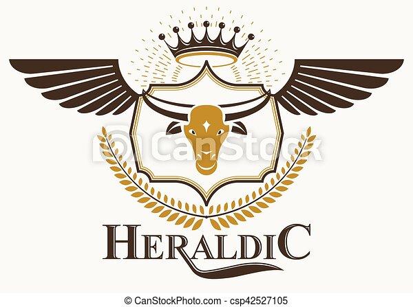 El emblema decorativo del vector herádico compuesto con ilustración de cabeza de toro y corona imperial - csp42527105