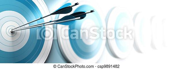 Muchos objetivos azules y tres flechas alcanzando el centro de la primera, la imagen se desvanece de azul a blanco con efecto borroso, formato horizontal dedicado a una pancarta. Marketing estratégico o comunicación comercial - csp9891482