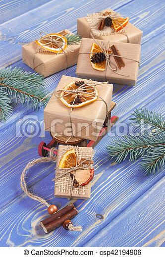 Andere Weihnachtsgeschenke.Dekoration Bretter Hölzern Weihnachtsgeschenke Andere Clipart Kinderschlitten Aufgewickelt Oder Feier