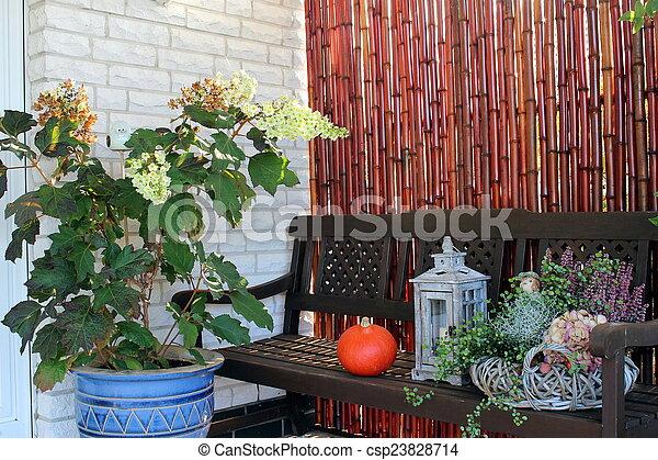 Dekoration, Garten, Herbst. Gartenbank Mit Herbstdekoration Stock