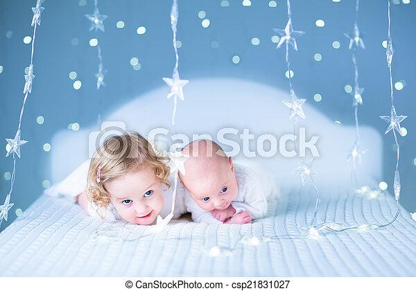 dela, toget, irmão, bebê recém-nascido, menina, toddler, adorável, tocando - csp21831027