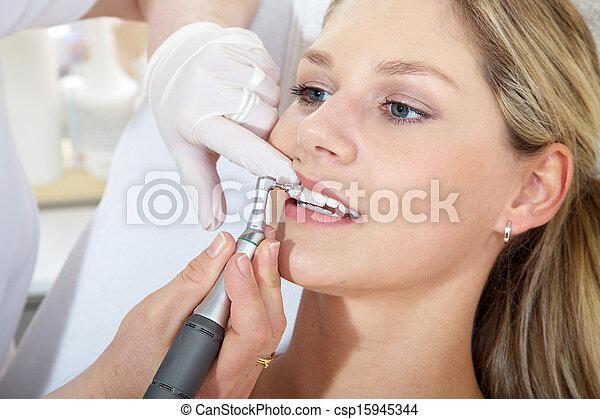 Mujer con dentista cosmético - csp15945344