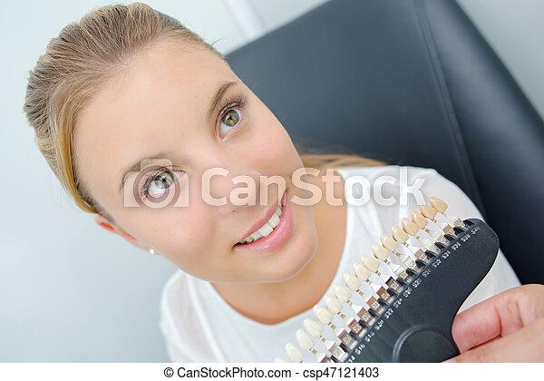 Una mujer en el dentista - csp47121403