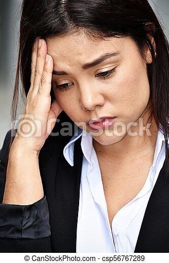 Mujer de negocios deprimida - csp56767289