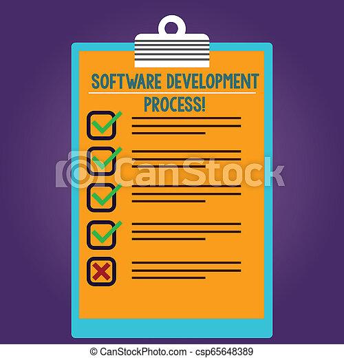 Proceso de desarrollo de software de texto escrito. Concepto de negocios para el proceso de desarrollar un producto de software forrado de color de portapapeles vertical con una caja en blanco espacio de copia. - csp65648389