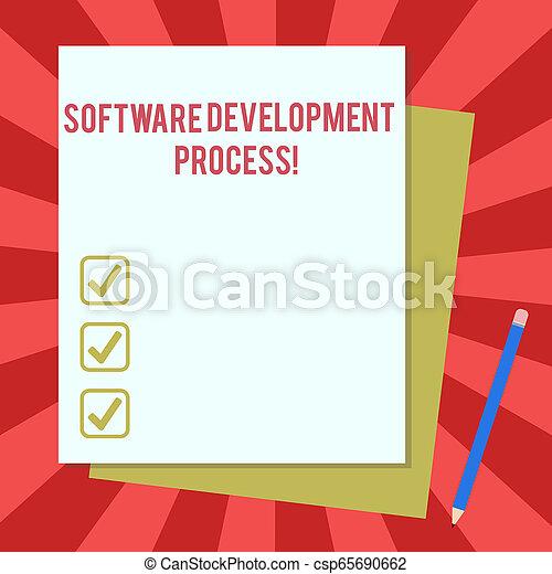 Proceso de desarrollo de software de texto escrito. Concepto de negocios para el proceso de desarrollo de un producto de software en blanco diferentes colores pastel papel de la construcción y lápiz. - csp65690662