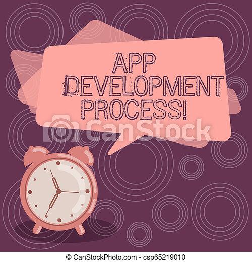 Señal de texto que muestra proceso de desarrollo de aplicación. Predicción fotográfica conceptual de los próximos negocios de un producto en blanco de color rectangular de habla burbujeante y despertador analógico. - csp65219010