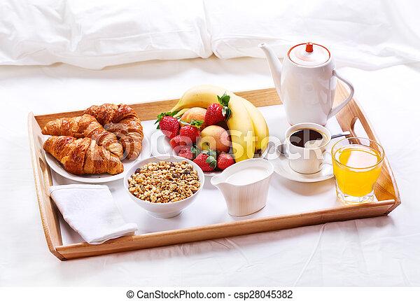 Desayuno cama cereales caf bed fruits bandeja de desayuno croissants - Bandeja desayuno cama ...