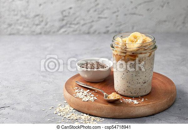Desayuno con avena nocturna - csp54718941