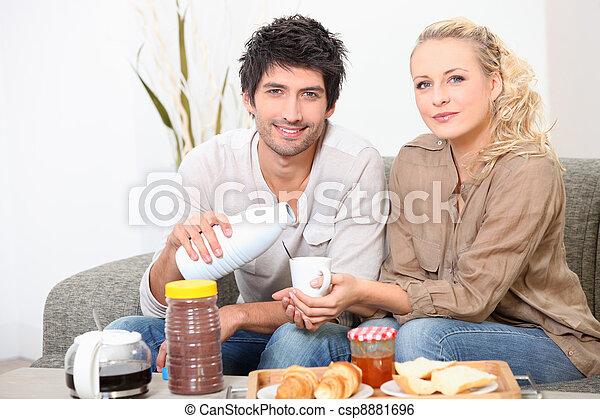 Una pareja desayunando juntos - csp8881696