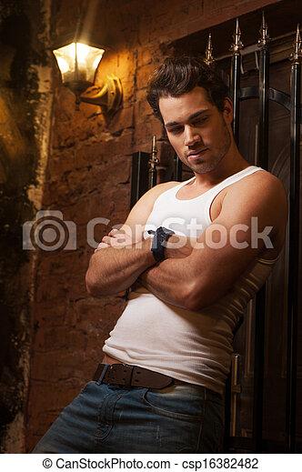 descansar, seu, braços, wall., cruzado, excitado, homem - csp16382482