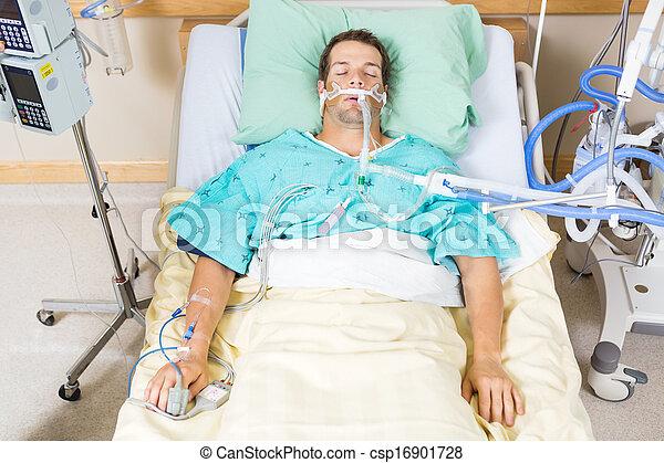 Paciente con tubo endotraqueal descansando en el hospital - csp16901728