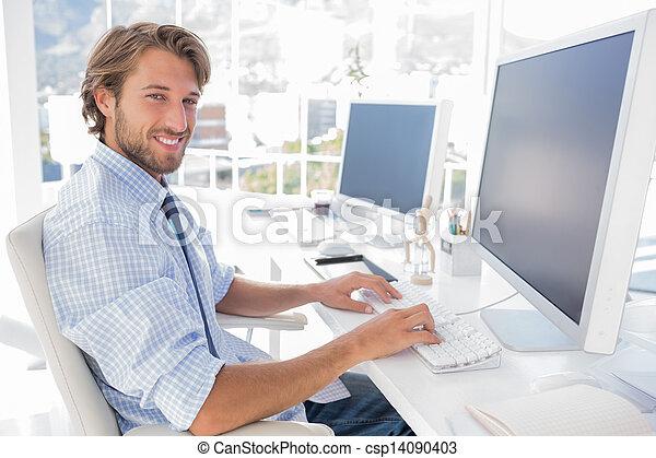 desenhista, sorrindo, seu, trabalhando, escrivaninha - csp14090403