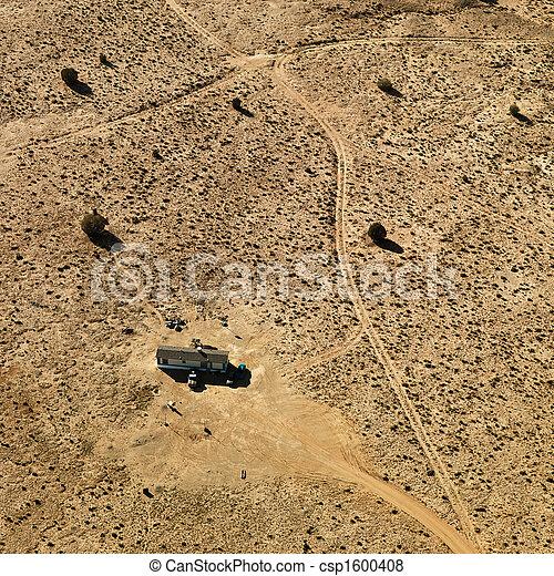 Un remolque en el desierto. - csp1600408