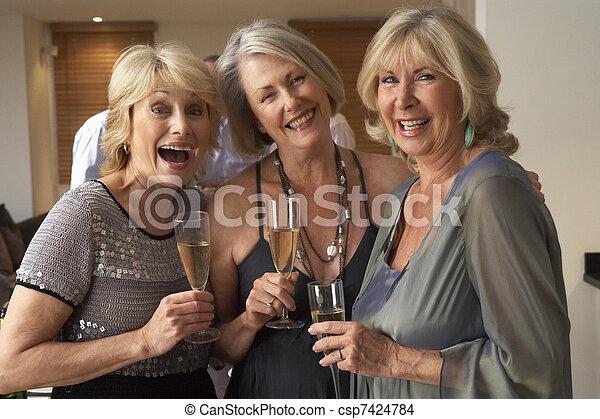 desfrutando, vidro, partido jantar, champanhe, amigos - csp7424784