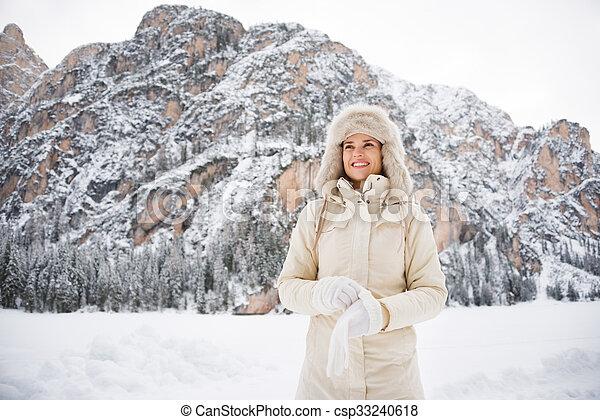 desgastar, ficar, mulher, casaco pele, enquanto, luvas, ao ar livre, chapéu - csp33240618
