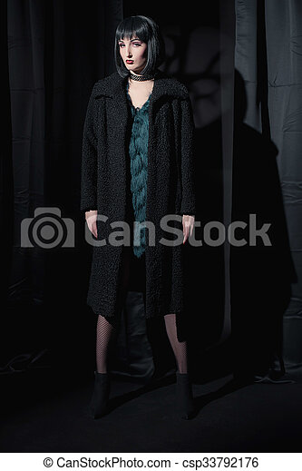 desgastar, ficar, mulher, room., coat., escuro, moda, pretas, feiticeira - csp33792176