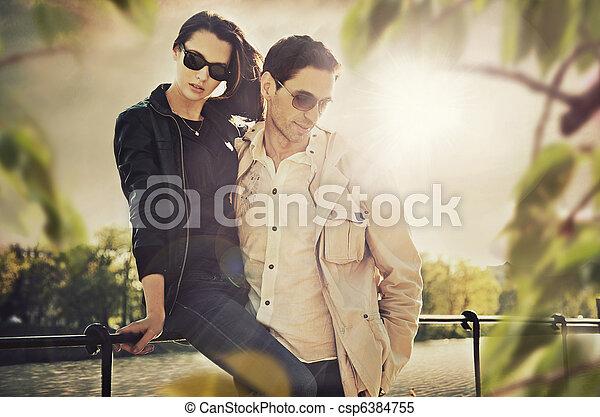 desgastar, par, óculos de sol, atraente, jovem - csp6384755