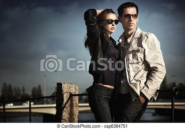desgastar, par, óculos de sol, atraente, jovem - csp6384751