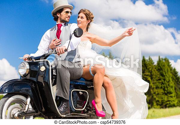 desgastar, vestido, dirigindo, scooter, motor, paleto, par, nupcial - csp54739376