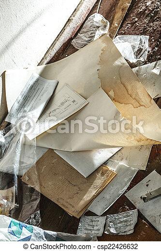 Lugar desordenado con papel - csp22426632