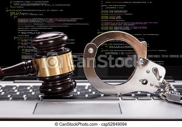 devant, marteau, ordinateur portable, menottes, écran - csp52849094
